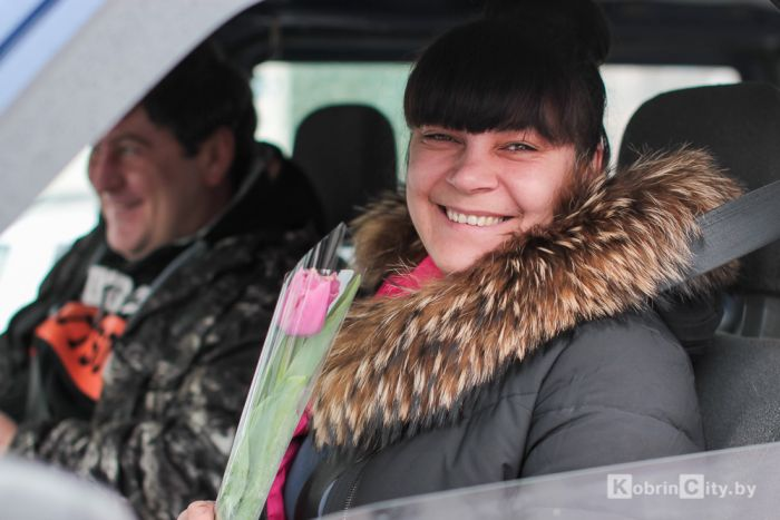 Сотрудники ГАИ Кобрина поздравили женщин с 8 марта